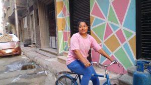 فتاة تقود الدراجة بقنا